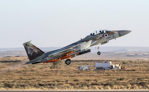 An Israeli Air Force F-15 Eagle fighter plane performs at an air show during the graduation of new cadet pilots at Hatzerim base in the Negev desert, near the southern Israeli city of Beer Sheva, on June 29, 2017. / AFP PHOTO / JACK GUEZ